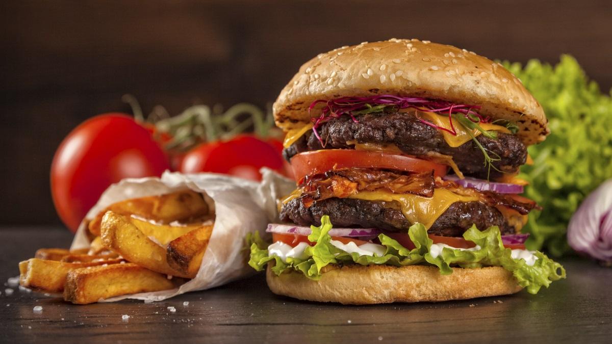Makan dan Nyemil Bersamaan, Apalagi Jika Bukan Hamburger